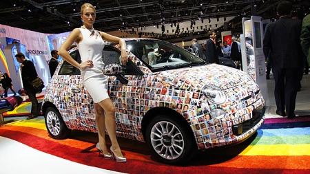 Dame-faktoren er fortsatt til stede på bilutstillingene, særlig fra produsentene sør i Europa. Dette bildet er fra Fiat-standen på Paris-utstillingen i 2010.