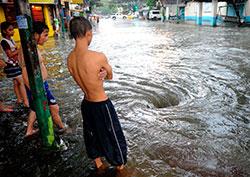 Det er farlig å oppholde seg utendørs på Filippinene. Her har det dannet seg en kraftig virvel rundt et avløp. (Foto: AFP PHOTO/NOEL CELIS)