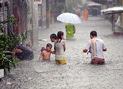 Vannet står meterhøyt i gatene i Manila 22. september. (Foto: AFP PHOTO/NOEL CELIS)