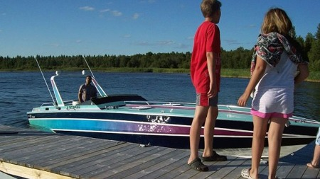 Fargene er kanskje ikke topp mote lenger, men båten er i flott   stand og et imponerende skue der den blinker i solen. (Foto: Privat)