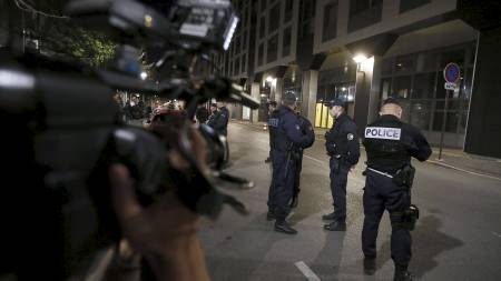 A cameraman films as policemen stand on September 30, 2012,   in front of the offices of the Interior ministry's racing and   gaming division in Nanterre, west of Paris, where players from Montpellier's   handball team who have been rocked by allegations of match-fixing, arrived   to be questioned. (Foto: KENZO TRIBOUILLARD/Afp)