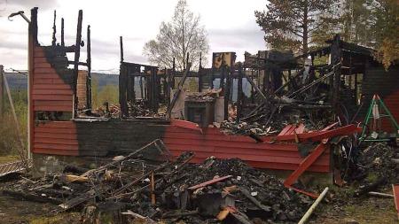 I RUINER: Den dramatiske brannen slukte huset til familien Hofstad. (Foto: PRIVAT)