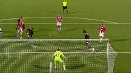 KUNNE UTLIGNET: Demar Phillips fikk muligheten til å hente Aalesund inn i kampen igjen, men et mislykket volleyskudd alene foran Tromsø-buret sendte ballen mot sidelinjen i stedet for mål.
