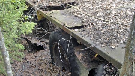 Det er nok mange år siden lasteplanet var skikket til å kjøre grus til skogsvei-prosjekter. Gamle engangsgriller og ølbokser vitner om at det de senere årene har vært brukt som spisebord for forbifarende. (Foto: Tore Robert Klerud)