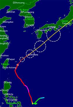 Prognosen viser at Jelawat passerer over Okinawa lørdag, og treffer Tokyo sent søndag. Fargen angir styrken, rødt er kategori 4, gult 1, og sirklene usikkerheten i beregningene. (Foto: TSR)