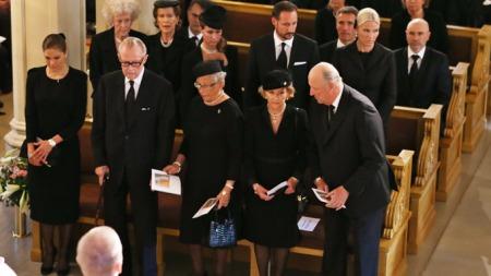 I SORG: De kongelige gjestene sørget sammen da de tok farvel med prinsesse Ragnhild fredag ettermiddag.  (Foto: Larsen, Håkon Mosvold)