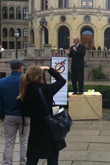 Arne Tumyr på talerstolen under den lovlige demonstrasjonen foran Stortinget. (Foto: FREDRIK KIRKEVOLD, TV 2)