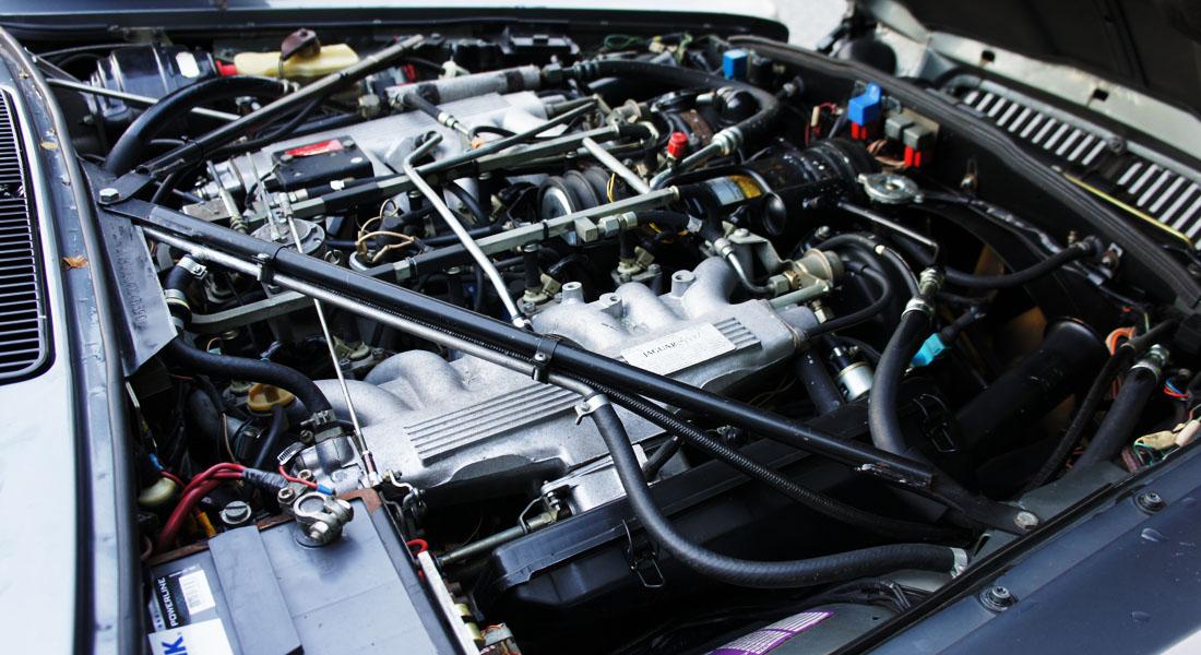 Plassen under panseret er utnyttet til det fulle, her er det ikke noe plass til overs. Årsaken til det er en helt spesiell tolvsylindret motor - som er tunet spesielt for bilen - på 380 hk.