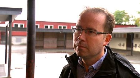 LEGGER SKYLDEN PÅ POLITIKERENE: Trond Teigland har to elever på Nattland skole. Han mener det er politikerene som må ta skylden for forfallet.  (Foto: Anita Vedå/TV 2)