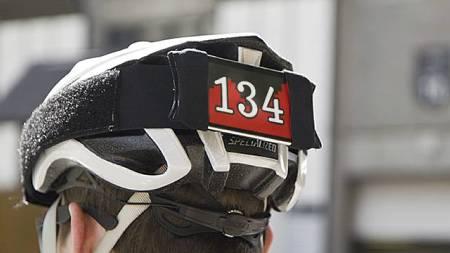 OFFENTLIG PULSKLOKKE: Tanken er at du ved å gjøre din egen puls offentlig,her ved hjelp av iPhonen bak på sykkelhjelmen, vil dette inspirere dine treningskamerater til økt innsats. (Foto: exertiongames/)