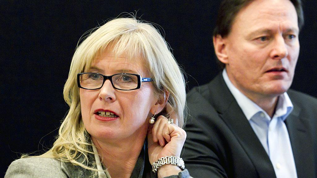 PÅ FERIE: Administrerende direktør Bente Mikkelsen er på ferie og har ikke kommentert rapporten. Her sammen med  konserndirektør Atle Brynestad før en høring på Stortinget om situasjonen ved Oslo universitetssykehus.