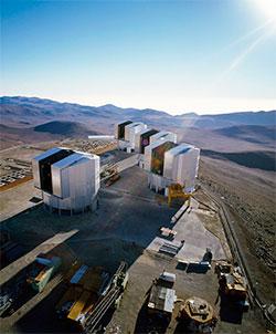 Very Large Telescope består av fire instrumenter, som til sammen er et av verdens største og mest følsomme teleskop. Det kan se lys som er fire milliarder ganger svakere enn det vårt øye klarer å se. (Foto: ESO)