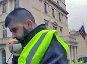 Awat Karkuky under demonstrasjonen utenfor den norske ambassaden   i London.