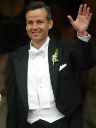 NYGIFT: Her vinker Ari Behn til de fremmøtte utenfor kirken   etter at han og prinsesse Märtha ga hverandre sine ja i 2002. (Foto:   Bendiksby, Terje, ©jk PK)