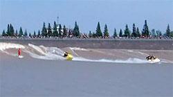 Leker seg med surfbrett og vannscooter. (Foto: CBS)