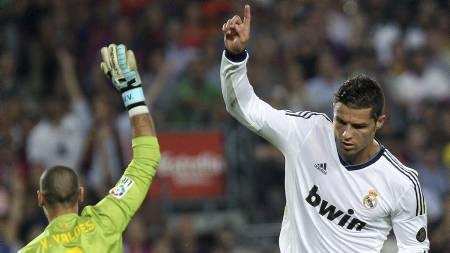 Cristiano Ronaldo og Victor Valdes (Foto: QUIQUE GARCIA/Afp)