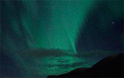 De få skyene på nordvestlandet pynter bare opp sammen med nordlyset. (Foto: Bjarne Eldevik)