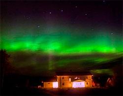 Grønn himmel og varmt lys fra bebyggelsen lager fine kontraster på Magnor. (Foto: Rose-Marie Karlsen)