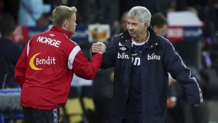 HÅNDTRYKK: Drillo og Tom Høgli etter 1-1-kampen borte mot veits. (Foto: Larsen, Håkon Mosvold/NTB scanpix)