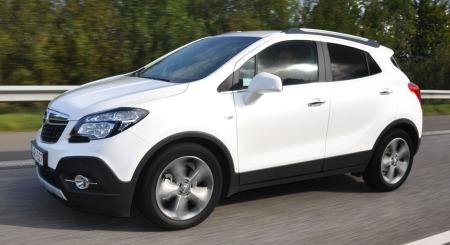 Opel Mokka detalj hvit bil i bevegelse
