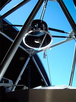 Teleskopet består av flere speil, som forstørrer bildet opp før det fokuseres ned på bildebrikken. (Foto: Pan-STARRS)
