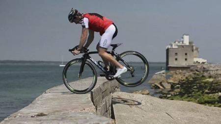 RACERSTUNT: Briten Martyn Ashton (38), en av verdens ledende terrengsyklister, gjør oppsiktsvekkende stunts på syltynne racerdekk. (Foto: Robin Kitchin/Ashton Bikes/)