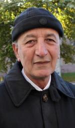 Det Nadir Ali (65) synes er best med å bli gammel er å ha tid til å tusle rundt i byen og lete etter billige klær til barna.