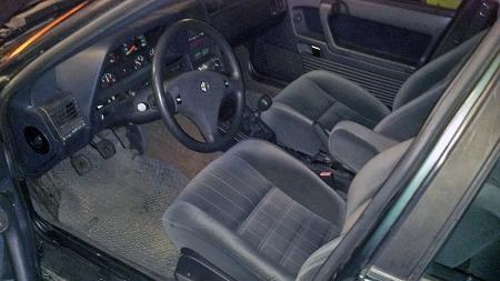 Interiøret er først og fremst behagelig i den store Alfa-sedanen. Magnus sin bil er en 1994-modell, og har dermed fått diverse oppgraderinger i forhold til de første, som var plaget av litt knirking og dårlig kvalitet på plastikken. (Foto: Privat)