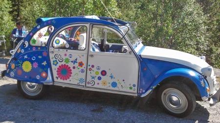 Bilen var hensatt for å dø på et øde jorde da Monas mann rykket inn og reddet den. Etterpå er den restaurert fra bunnen av, og arbeidet er blitt hedret med premie på 2CV-treff i Finland. (Foto: Privat)
