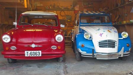 Dette er ikke det mest vanlige synet i garasjen til norske bilentusiaster. Så blir de to små farkostene også lagt desto mer merke til når de er ute i trafikken sammen. (Foto: Privat)