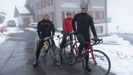 SYKKEL I SNØVÆR: Blodsmak er en klubb for mosjonister som driver med idretter som sykkel, løping og  langrenn. Her er Ole Fage Bergtun (f.v), Oddmund Braaten og Christian Løverås under en tur i Grosse Scheidegg, fjellovergangen i Bern-Alpene i Sveits. (Foto: Privat/)