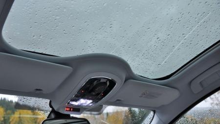 Det er mye utstyr å velge i på Peugeot 508 RXH - blant annet glasstak.