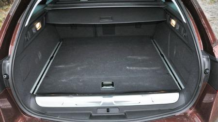 Siden batteriene krever plass, er det mindre bagasjerom i hybridmodellen RXH enn i en vanlig 508.