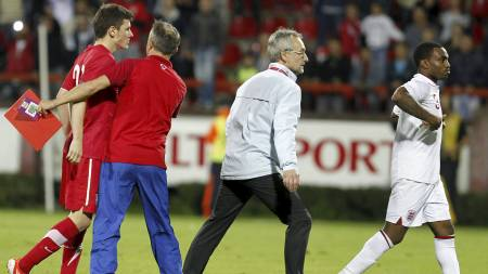 Serbian player Milos Ninkovic, left, and England player Danny Rose, right, react during their 2013 UEFA European Under-21 Championship play-off, second leg match between Serbia and England, in Krusevac, Serbia, Tuesday, Oct .16, 2012. Serbia is facing UEFA sanctions after England complained that its under-21s team was racially abused and missiles were hurled onto the pitch.(AP Photo/Miroslav Todorovic) (Foto: Miroslav Todorovic/Ap)