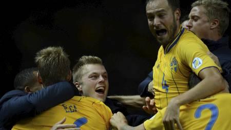 ELLEVILL JUBET: Sverige hentet inn 0-4 til 4-4 mot Tyskland. (Foto: PATRIK STOLLARZ/Afp)