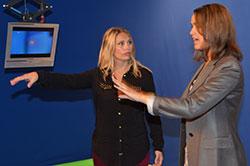 - Hva med de skjermene foran der? Elin spør, og Desta Maria forklarer. (Foto: Ronald Toppe)