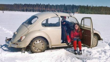 Bilen var i sentrum for svært mange familiebilder, og svært mange familieaktiviteter godt inn på 1970-tallet. Legg merke til pilkestikka på bakstøtfangeren, og hullet i isen foran jenta, som vi går ut fra at er identisk med Liv Nybakk Sivertsen. (Foto: Privat)