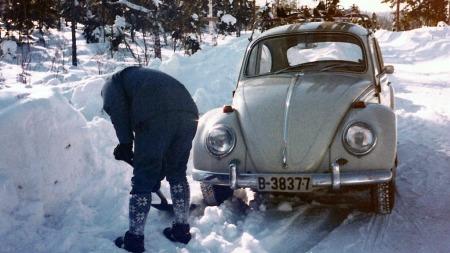 Liv og sønnen Øistein vet ikke nøyaktig årsmodell på bilen, men vi ser et 1300-emblem på motorlokket - og Broom-leserne kan sikkert identifisere årsmodellen ut fra bildene for øvrig. (Foto: Privat)