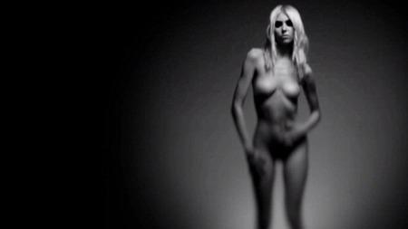 EVAS DRAKT: «Gossip Girl»-stjernen viser alt i en ny musikkvideo der hun siterer ordene fra sangen «Under the Water».