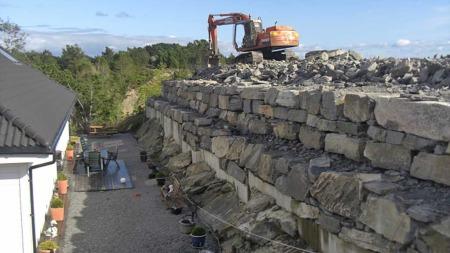 VOLDSOMT: Den nye muren ødelegger mye for familien på fem. (Foto: PRIVAT)