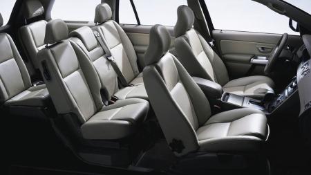Ikke bare kan du få XC90 med syv seter - men det er faktisk   mulig å bruke de to bakerste setene - også for andre enn små barn. Når   den bakerste seteraden ikke er i bruk - er det over 600 liter bagasjeplass   til rådighet.