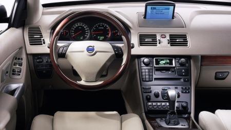 Volvo byr også på et ryddig interiør - men navigasjonen er tungvint   å bruke. Stereoanlegget er imidletid ypperlig - og komforten i stolene   upåklagelig.