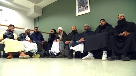 KREKAR-VENER: Frå heile Europa har muslimar kome for å støtta Krekar i ankesaka. Choudary sit her som nummer tre frå høgre. (Foto: TV 2)