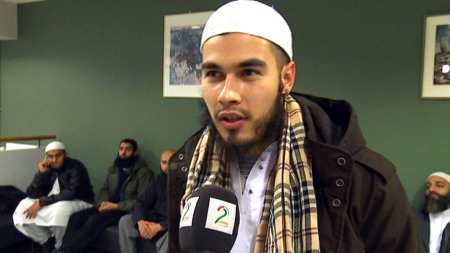 SJEFEN: ¿ Me er her for å støtte vår sjef, seier denne danske muslimen. (Foto: TV 2)