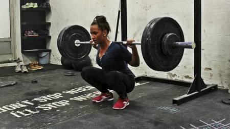 LØFTER TUNGT: 17 år gamle Suzanne Svanevik trener syv-åtte ganger hver uke. (Foto: Crossfit Bergen/)