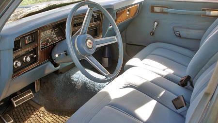 Delt 60/40-sete foran i velour og diverse utstyr var på plass i en Aspen SE i 1977, og med et etter amerikanske mål lite og tykt ratt var den nesten en smule sportslig. (Foto: Privat)