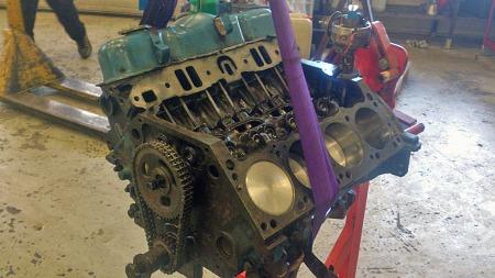 Den lettere borede 318 kubikktommers V8-motoren var i deler da bilen ble kjøpt, men er i ferd med å settes sammen nå. (Foto: Privat)