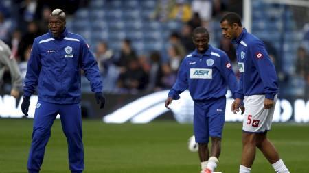 KICK IT OUT-MANGEL: Både Djibril Cissé, Shaun Wright-Phillips og Anton Ferdinand varmet opp uten Kcik It Out-T-skjortene utenpå sine treningsgensere. (Foto: EDDIE KEOGH/Reuters)