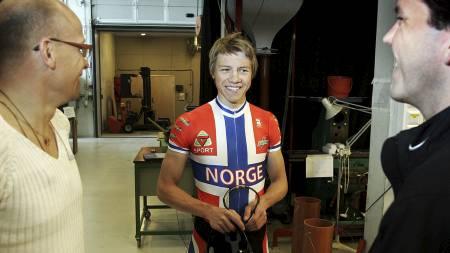 TRONDHEIM 20050419: Lillehammer-syklisten Edvald Boasson Hagen, det største norske sykkeltalentet siden Hushovd, ble tirsdag testet i vindtunnel på NTNU. Prosjektet er banebrytende i norsk målestokk. Lance Armstrong var førstemann som koblet vitenskap med sykling gjennom tester i NASAs vindtunnel. Nå følger Norge etter. Her Hagen etter syklingen flankert av Svein G. Hølestøl  (til høyre) og Steffen Kjærgaard i Norges Sykkelforbund. Foto: Gorm Kallestad  / SCANPIX . (Foto: Kallestad, Gorm/NTB scanpix)