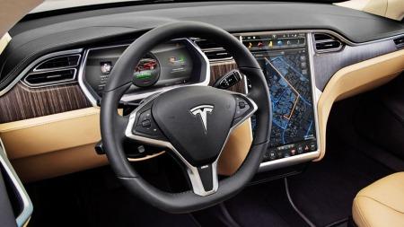 Futuristisk interiør og en diger skjerm i midtkonsollen på Tesla S. Her er du ikke i tvil om at dette er en bil utenom det vanlige.